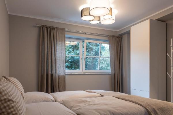 Schlafzimmer mit edler monochromen Farbwelt