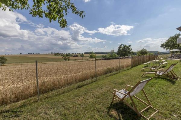 Genießen Sie den weiten Blick über Wiesen & Felder