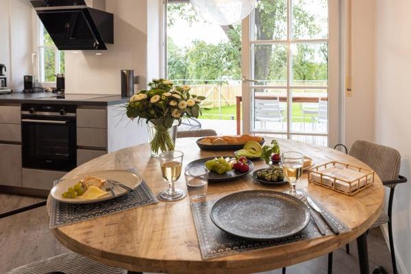 Nette Runde am großen Esstisch mit Skandinavischer Keramik