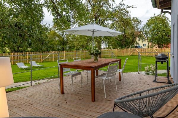 Die Terrasse heißt die Gäste willkommen!