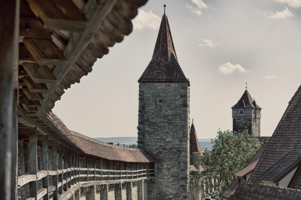 Auf ca. vier Kilometern umgibt die Stadtmauer die Altstadt von Rothenburg ob der Tauber