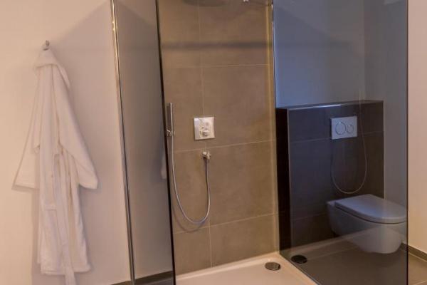 Drei leicht begehbare Duschen/ Walk-in Duschen mit niedrigem Einstieg.
