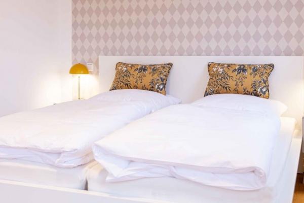 Schlafzimmer 6 mit Kleiderständer. Es liegt hinter dem Schlafzimmer 5