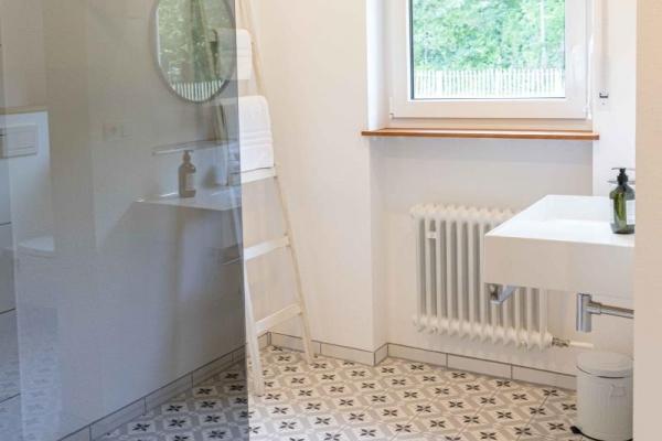 Ganz freundlich und hell: Das Badezimmer bietet allen Komfort, die man sich wünscht