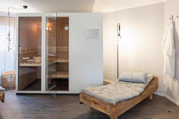 Für den Keller viel zu schade – Eine hochwertige Sauna von Klafs im Wohnzimmer und Basti Tagesbett von House Doctor