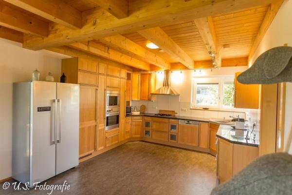 Gut ausgesattte Küche mit Side-by-Side Kühlschrank
