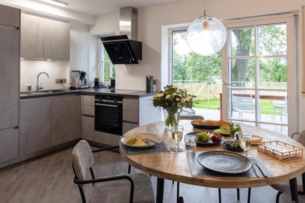 Hochwertige, offene Wohnküche, wunderbarer Essplatz mit Blick und Zugang in den Garten