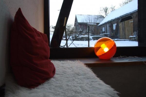 Ein Kamin, Decken und Kissen sorgen für wohlige Wärme