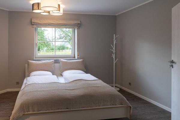 Das kleinere der beiden Schlafzimmer ist ebenfalls mit einem Doppelbett von Müller Small Living ausgesattet. Hohe Qualität aus Friesland.